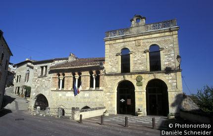 Penne d'Agenais, façade de l'hôtel de ville, ciel bleu