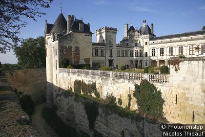 49. Saumurois, le château de Brézé (style Renaissance remanié au 19e), ceinturé de douves sèches profondes de 18 mètres
