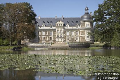 49. Saint-Georges-sur-Loire, château de Serrant, étang avec nénuphars au premier plan
