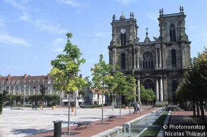 51 Vitry-le-Francois, la place d'Armes et la collegiale Notre Dame (17e siecle)