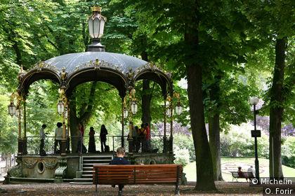 Un kiosque à musique dans le parc de la pépinière.