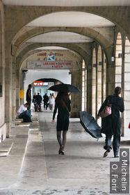 Sous les arcades de la place Duroc.