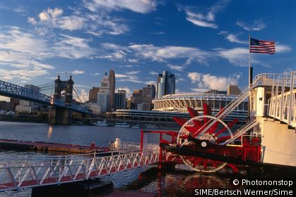 USA / Ohio / Cincinnati / Paddle wheel steamer and Cincinnati skyline