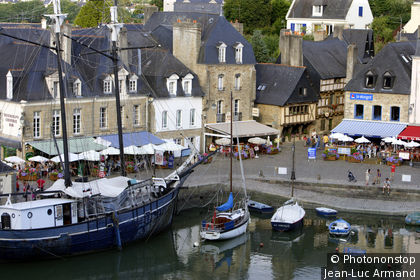 Auray, bateaux au port, terrasses de commerces