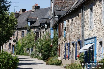 La Gacilly, façades de maisons dans la rue Saint-Vincent