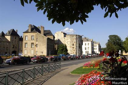 Frankreich, Lothringen, Thionville, Tour aux Puces, Sommer, Diedenhofen, Stadt, Häuser, Wohnhäuser, Straße, Straßenszene, Verkehr, Sommer,