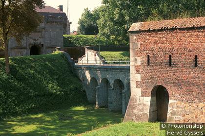 59. Maubeuge, ville fortifiée par Vauban .vue des remparts et de la porte de Mons.