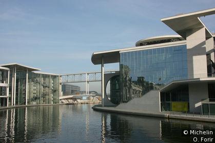 Le long de la Spree en face du Reichstag.