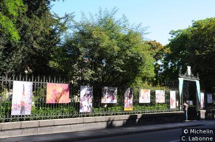 Exposition de photographies sur les grille du parc de la Sainte-Chapelle