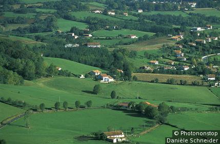 Pays Basque, Itxassou, vue plongeante sur prairies verdoyantes, maisons