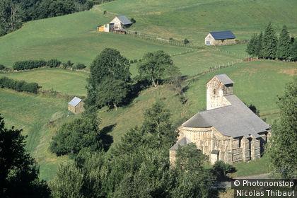 Pays Basque, ancienne abbatiale du village de Sainte-Engrace dans la Haute Soule
