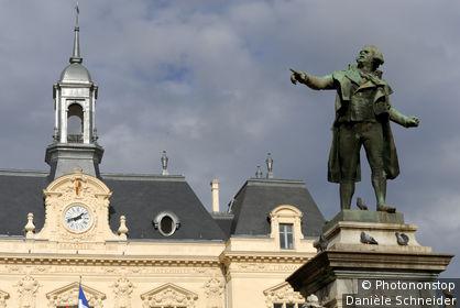65. Tarbes, place Jean Jaurès, statue de Danton (par E. Desca au début du 20ème s., intitulé groupe 1792) et Hôtel de Ville (1907)