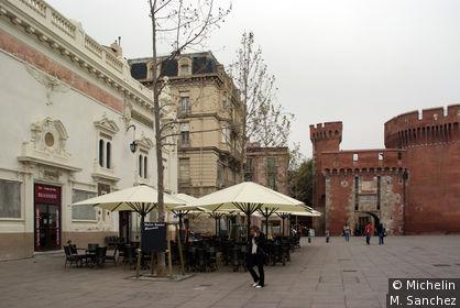 Terrasses jouxtant le Castillet