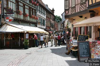 Dans la rue qui mène de la place du Marché aux remparts.