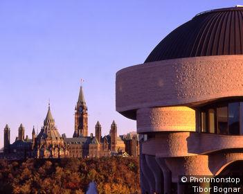 Canada, Québec, Gatineau, détail musée canadien des civilisations, parlement à Ottawa en arrière-plan