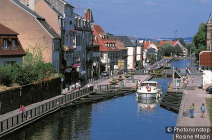 Bas-Rhin ,l es quais de Saverne longenat le Canal de la Marne au Rhin,péniche et écluse.
