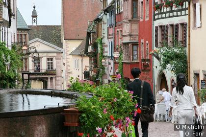 Dans la rue du Général de Gaulle.