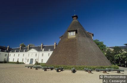 71. Le Creusot, chateau de la Verrerie, tour conique, canons de bronze, ciel bleu