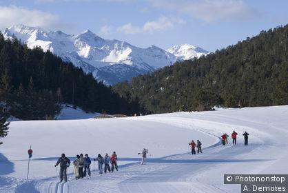 Haute Maurienne, Bessans, groupe d'enfants en ski de fond, montagnes enneigées en fond