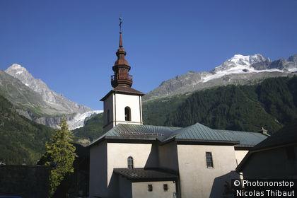 Chamonix, massif du Mont Blanc, eglise et glacier d'Argentiere (a gauche aiguille du Chardonnet)