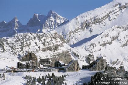 Massif du Chablais, Avoriaz, vue générale de la station, montagnes enneigées, ciel bleu