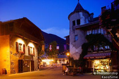 France, Rhône-Alpes, Alps, Haute-Savoie, Samoëns, The main street