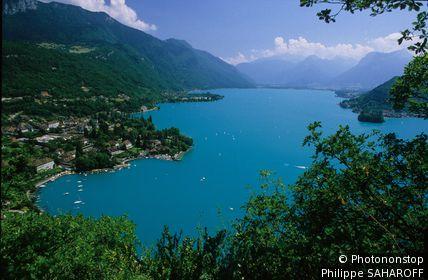 Lac d'Annecy, vue plongeante sur la baie de Talloires
