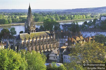 Caudebec en Caux, vue plongeante sur l'église Notre-Dame, la Seine en arrière-plan