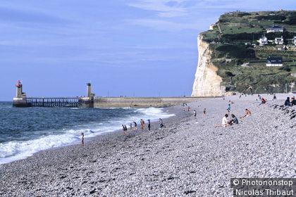 Pays de Caux, côte d'Albatre, plage et falaises de Fécamp.