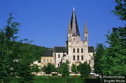 76. St Martin de Boscherville, facade de l'ancienne abbaye St Georges, verdure, ciel bleu