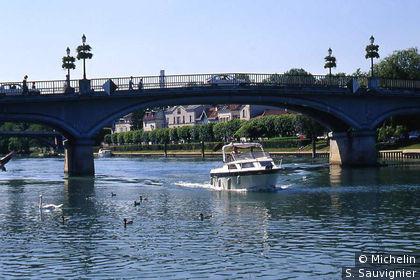 Pont  et vedette sur la Marne
