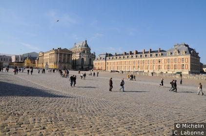 Sur le parvis de l'entrée du Château de Versailles