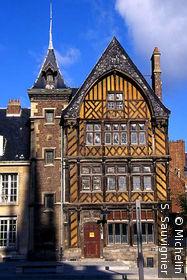 Maison à pans de bois,angle parvis de la cathédrale