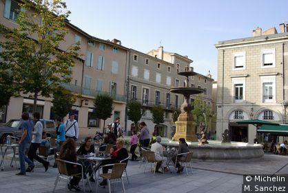 place centrale avec fontaine