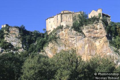 Vallée de l'Aveyron, Bruniquel (inscrit aux Plus Beaux Villages de France), le village et le château dominant la vallée de l'Aveyron