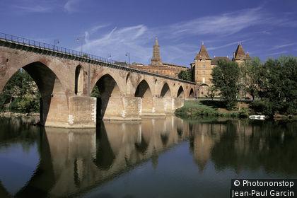 Montauban, Pont Vieux sur le Tarn, reflet dans l'eau, été
