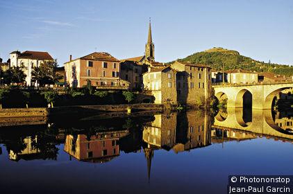 St Antonin Noble Val, maisons au bord de l'Aveyron, reflets dans l'eau, ciel bleu