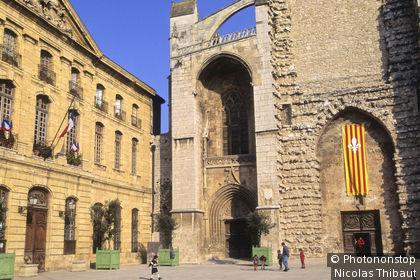 Saint Maximin la Sainte Baume, l'hotel de ville et la basilique sainte Madeleine