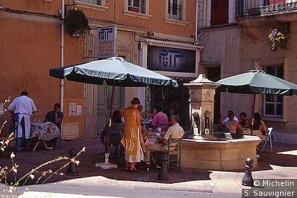 fontaine et personnes atablées place du colonel Mouret