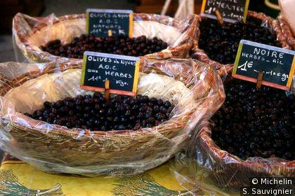 L'Isle-sur-la-Sorgue : étale d'olives de Nyons sur le marché
