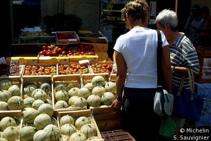 L'Isle-sur-la-Sorgue : étale de melons et de tomates  sur le marché