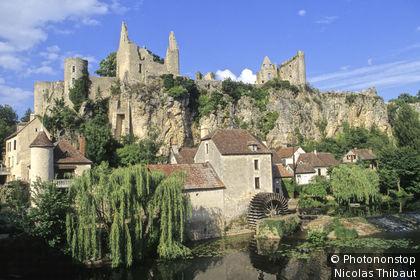 Angles-sur-l'Anglin (plus Beaux Villages de France) le village dominé par les ruines de sa forteresse, au bord de l'Anglin