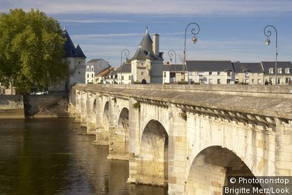 Henri IV bridge over the River Vienne, The Way of St. James, Chemins de Saint-Jacques, Via Turonensis, Chatellerault, Dept. Indre-et-Loire, Region Poitou-Charentes, France, Europe
