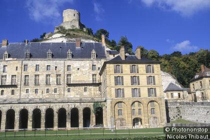 Vallee de la Seine, La-Roche-Guyon (parc naturel regional du Vexin Francais) le chateau et le donjon medieval (Plus Beaux Villages de France)