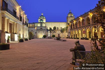 Italie, Sicile, Mazara del Vallo, Zone Méditerranéenne, Province de Trapani - Piazza della Republica, Cathedral in background