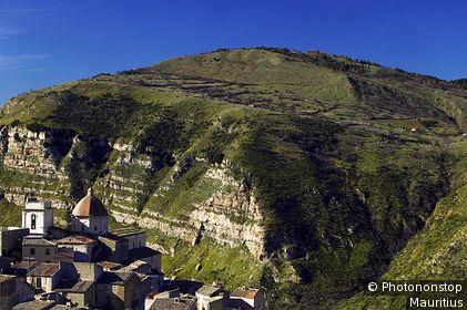 Italy, Sicily, Parco delle Madonie, Petralia Sottana, Rolling landscape