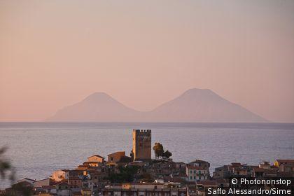 Italie, Sicile, Brolo, Zone Méditerranéenne, Méditerranée, Province de Messina - Town and Aeolian islands in background