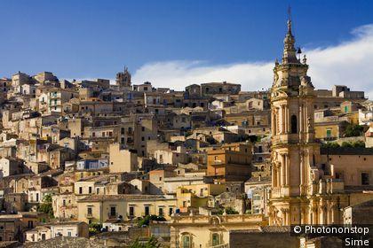 Italie, Sicile, Val di Noto, Modica, Zone Méditerranéenne, Province de Ragusa - Village and San Giorgio church