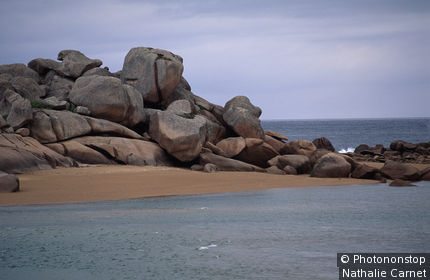 Trégastel, paysage de plage et rochers sur la côte de granit rose