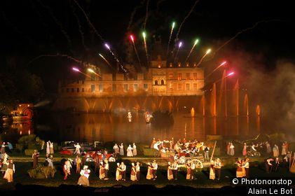 Les Epesses, cinéscénie du Puy du Fou, spectacle historique devant plan d'eau et château illuminé.